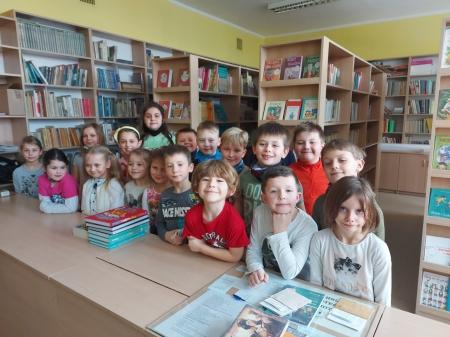 Pierwsza wizyta klas pierwszych w bibliotece szkolnej